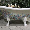 mozaika na wannie, kolorowe kwiaty na perłowym tle